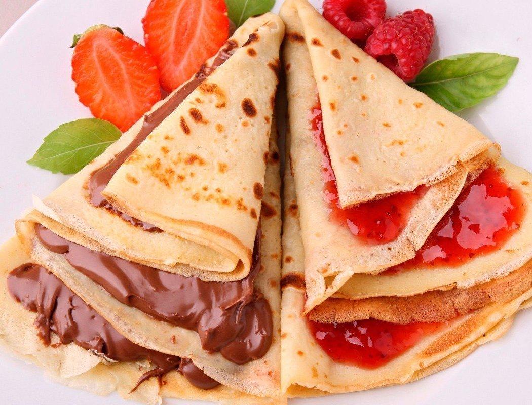 Нежнейшие блинчики к завтраку: ТОП-9 рецептов