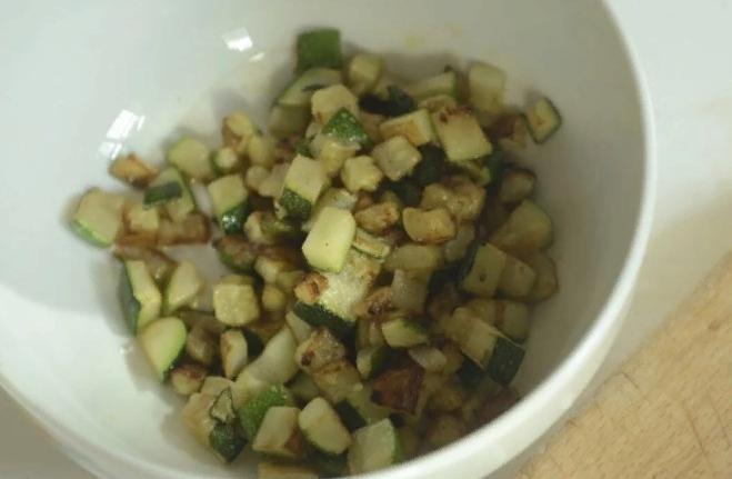 Быстрая закусочка «Пока жарится шашлык»: из кабачков и зеленого лука. Мгновенно съедаются