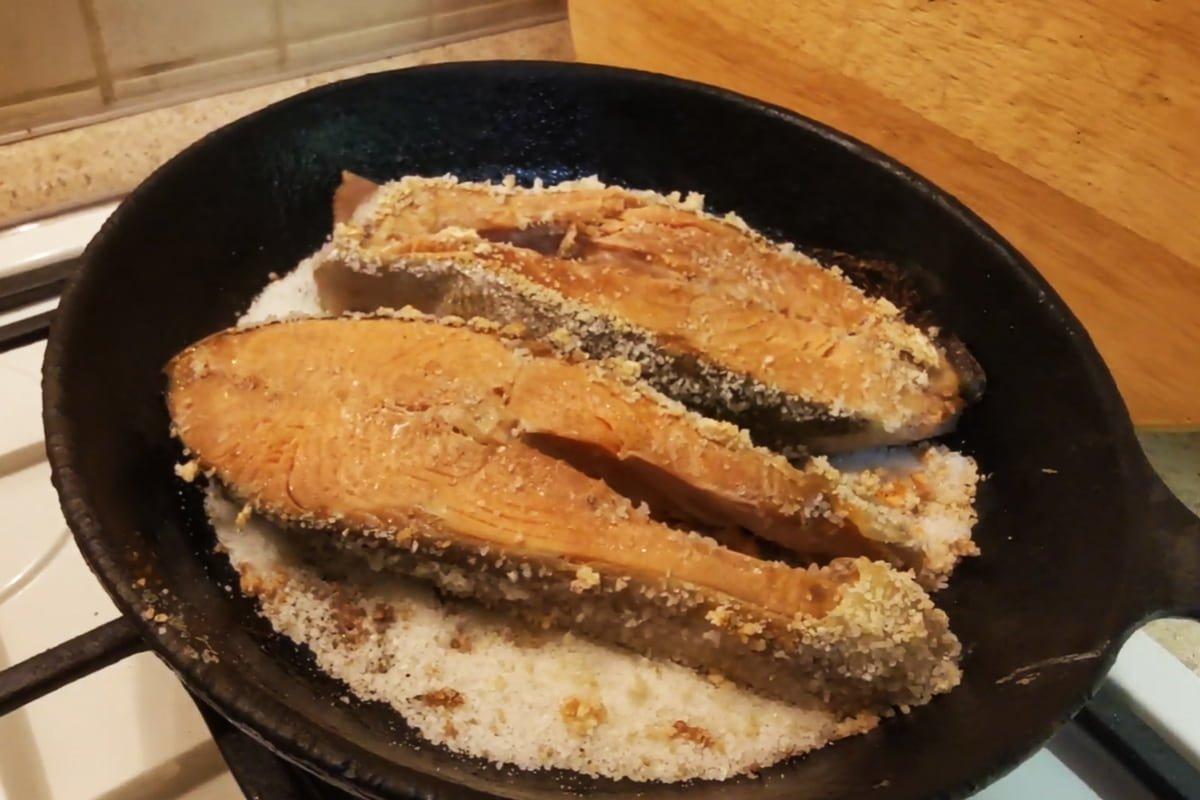 Как я жарю рыбу без масла, не теряя хрустящей просоленной корочки, которую обожает муж