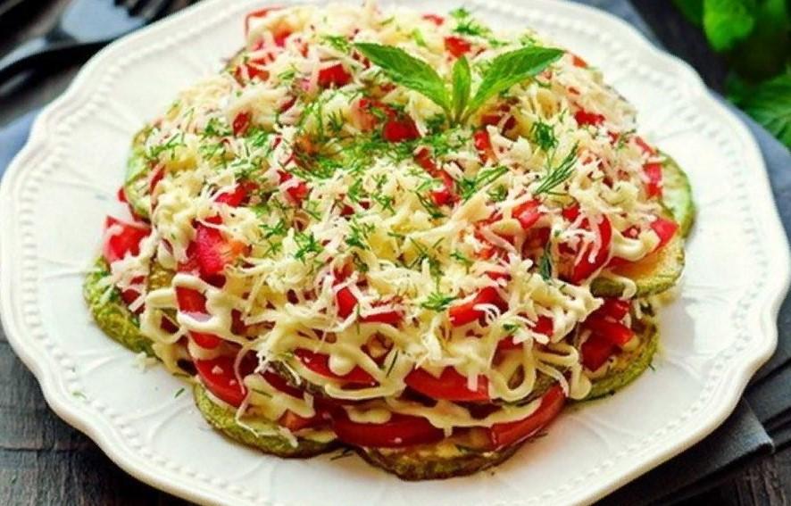 Летний хит на вашем столе. Слоеный салат из кабачков, помидор и сыра