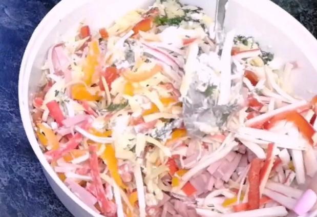 Стала чаще покупать крабовые палочки, когда попробовала у подруги новый салат из них. Готовится без кукурузы и риса
